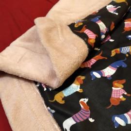 Fekete alapon színes tacskó mintás pléd